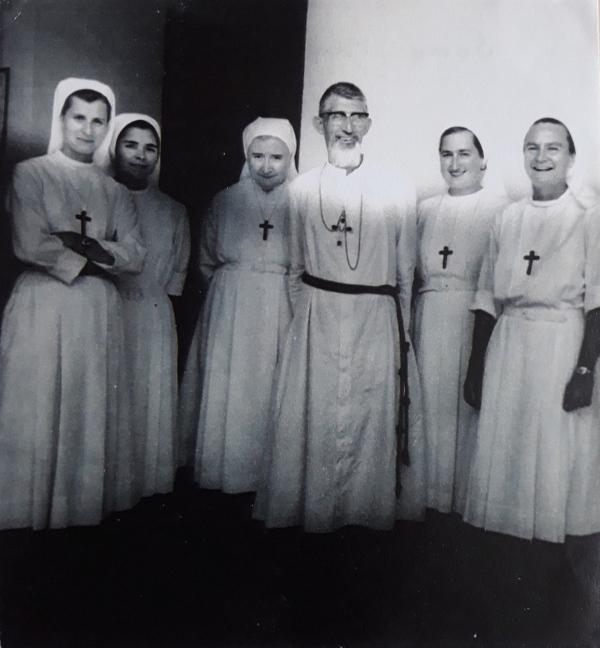 Premières Sœurs envoyées au Cameroun autour de Mgr Loucheur