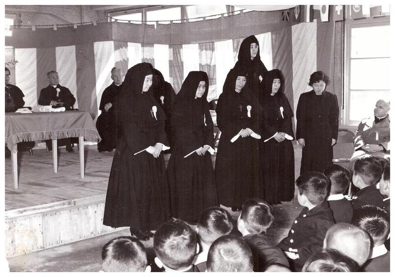 Photographie de la présentation des professeurs lors de l'inauguration de l'école de Nagasaki