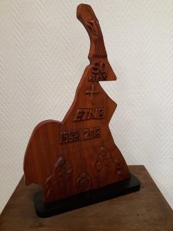 Sculpture en bois réalisée à l'occasion des 50 ans de présence de l'Institut au Cameroun