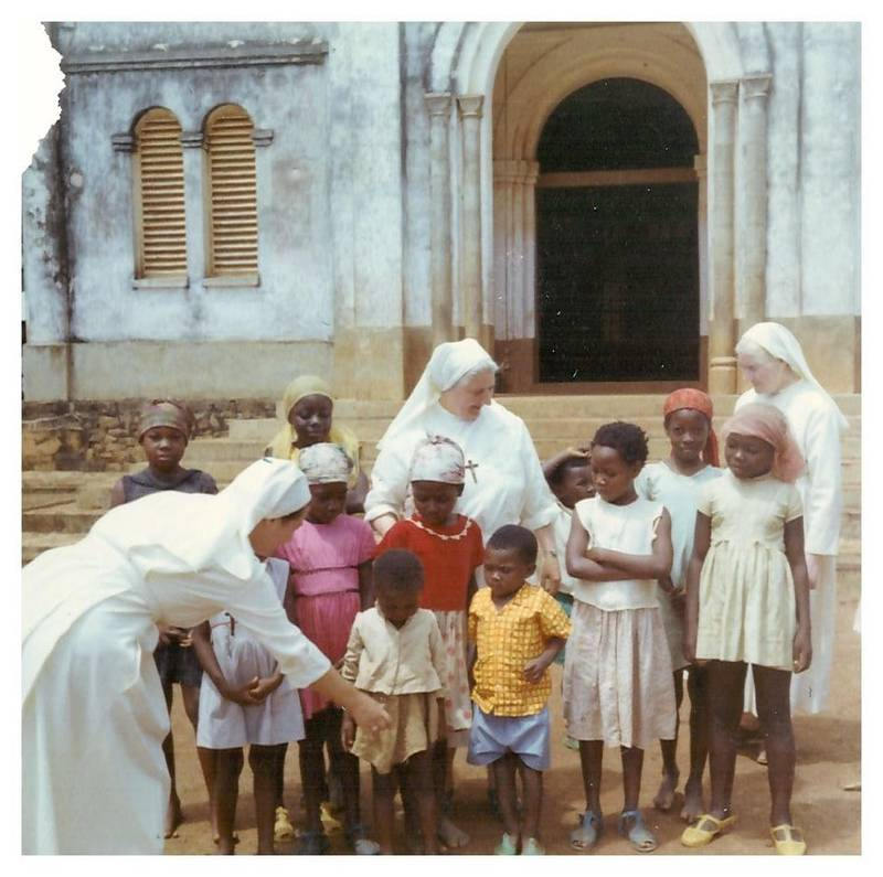 Sortie de la messe à Somo