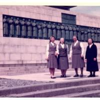 Les Sœurs de l'EJNB devant le monument des 26 martyrs de Nagasaki