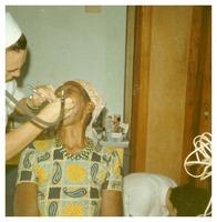 Sœur Paul Lamotte réalisant des soins dentaires